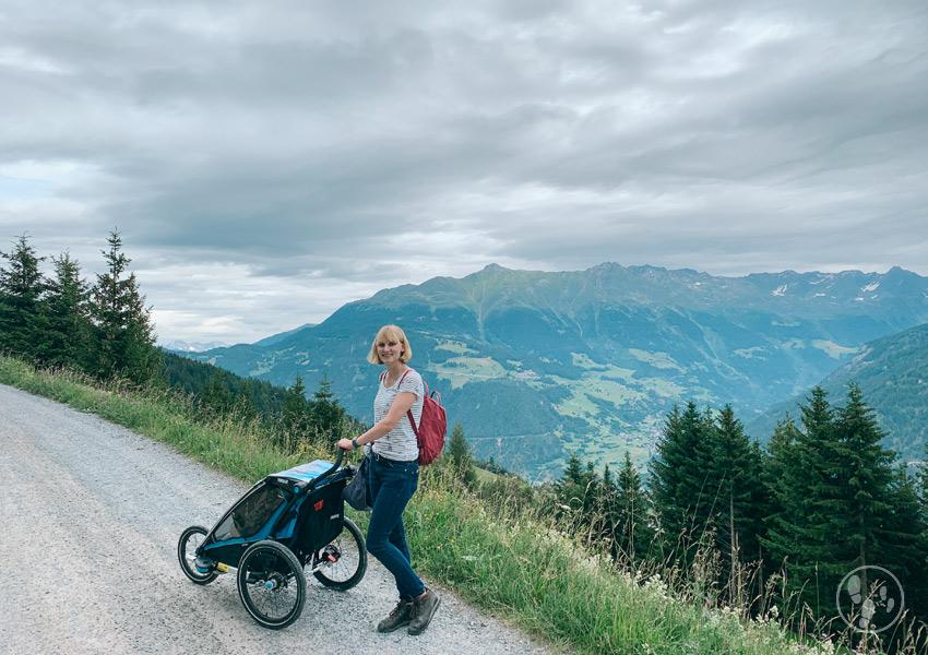 Wandern nach der Schwangerschaft in den Bergen mit Kinderwagen