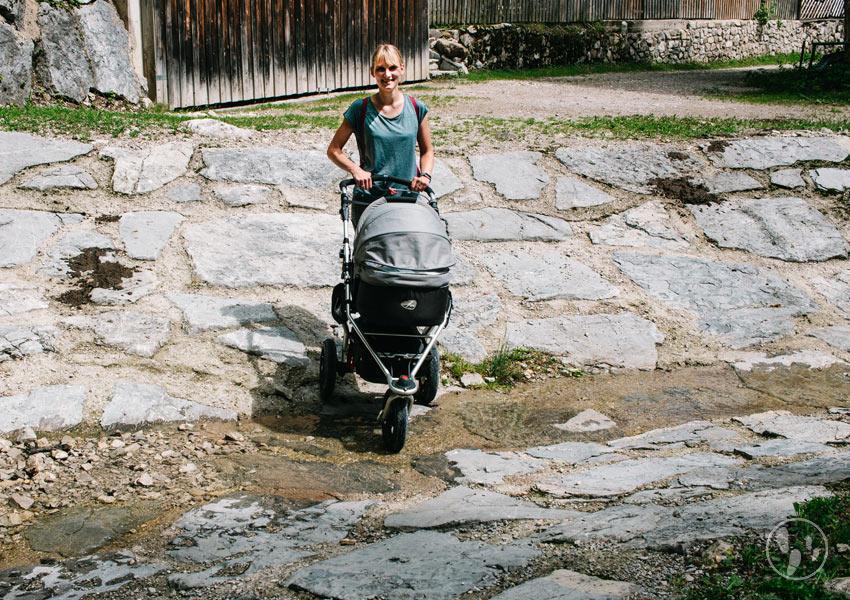 Mit Kinderwagen durch den Bach auf den Weg zur Hinteren Längentalalm