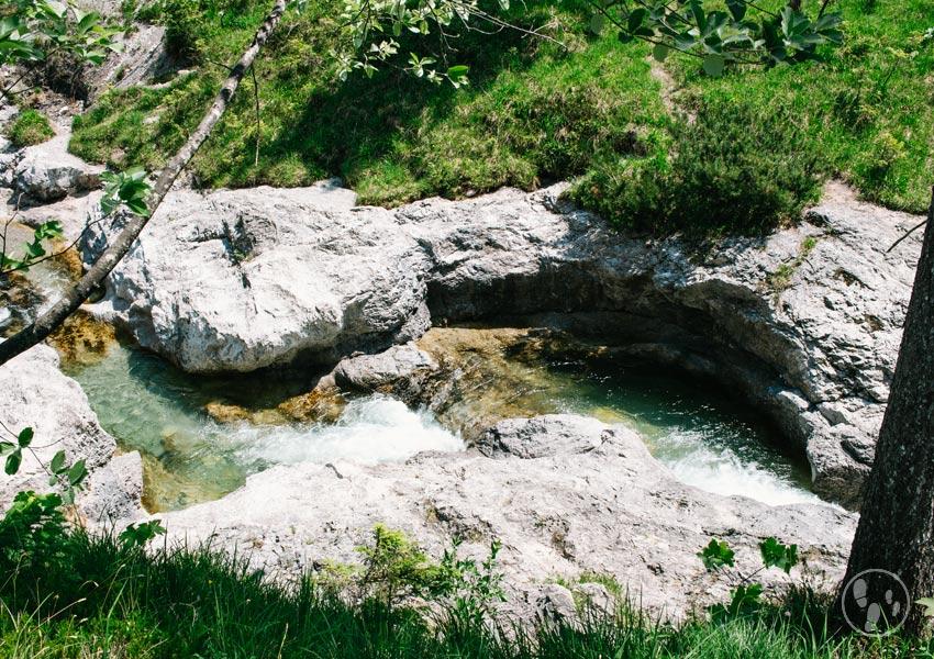 Badegumpen im Gebirgsfluss Hofbauernweissach bei Wildbad Kreuth in der Nähe der Siebenhütten