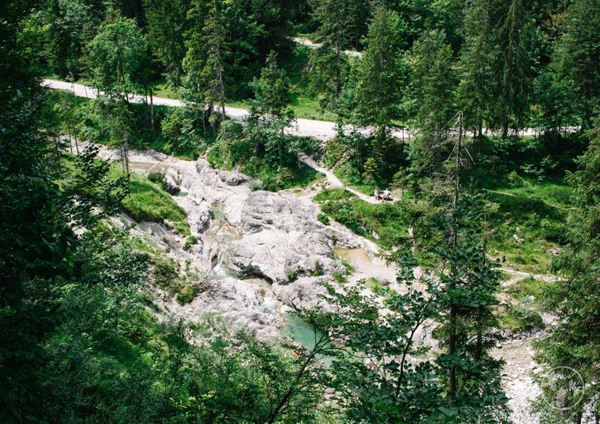 Blick ins Tal bei der Wanderung zur Siebenhütten mit Kinderwagen