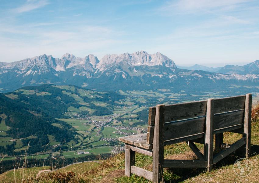 Kinderwagenwanderung in Kitzbühel: Bank mit Panoramablick
