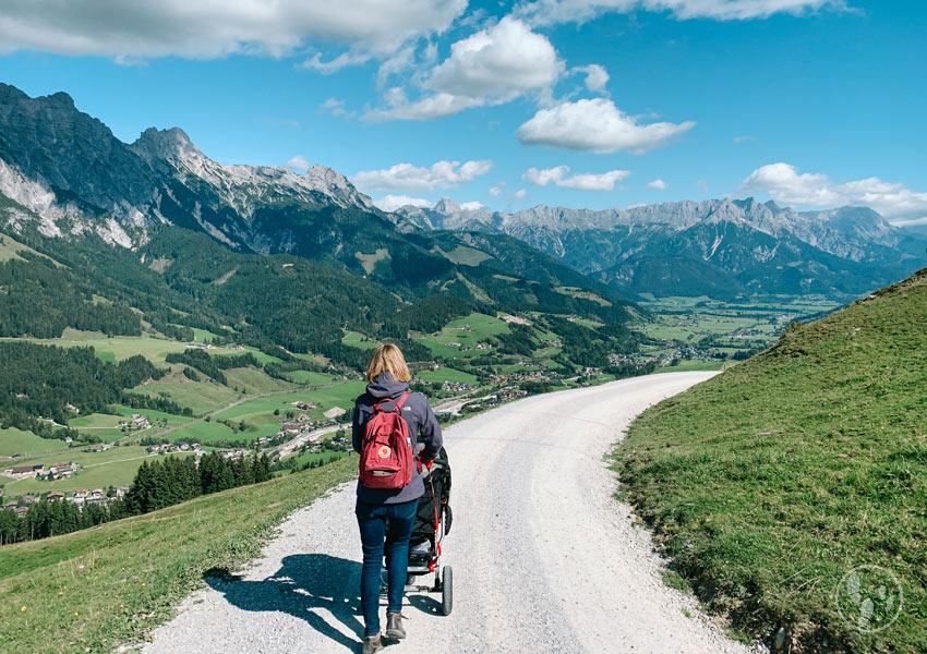 Wandern mit KInderwagen beim Urlaub mit Baby in Leogang