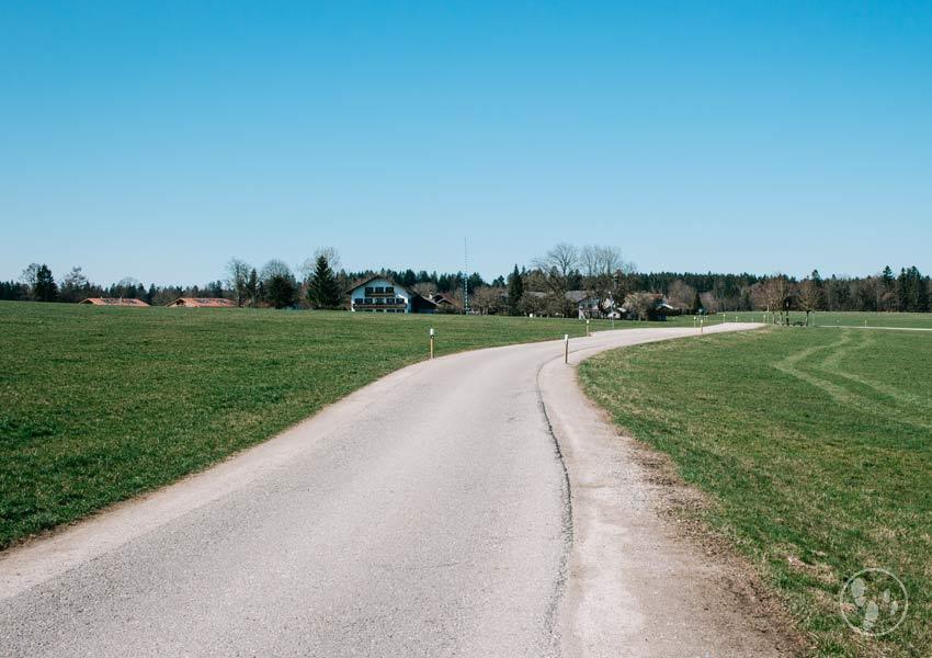 Straße nach Roggersdorf von Holzkirchen kommend auf der Wanderung zum Teufelsgraben Holzkirchen mit Kinderwagen