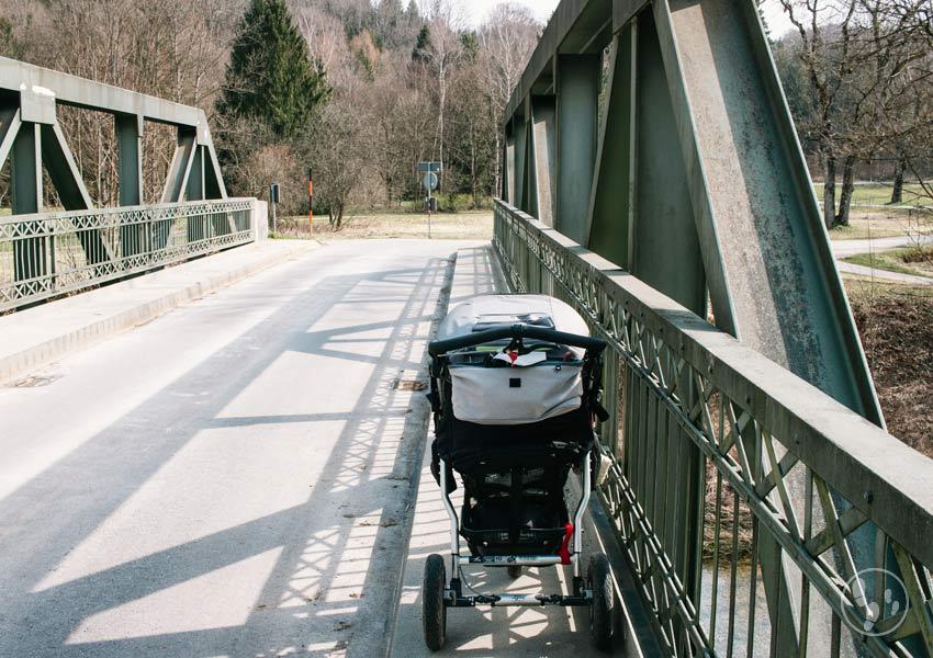 Kinderwagenwanderung im Mangfalltal, Brücke über die Mangfall bei Thalham