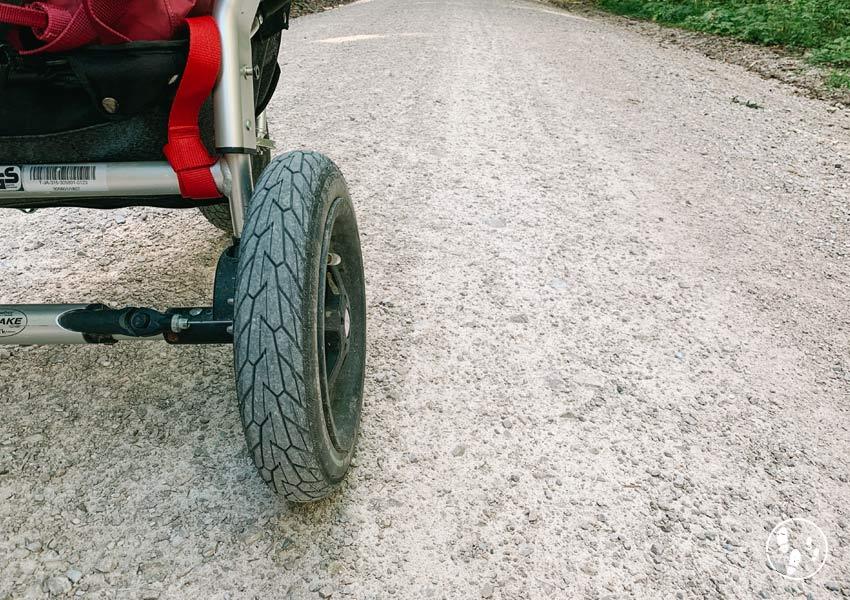 Rad des Kinderwagens auf dem Weg zur Dandlalm