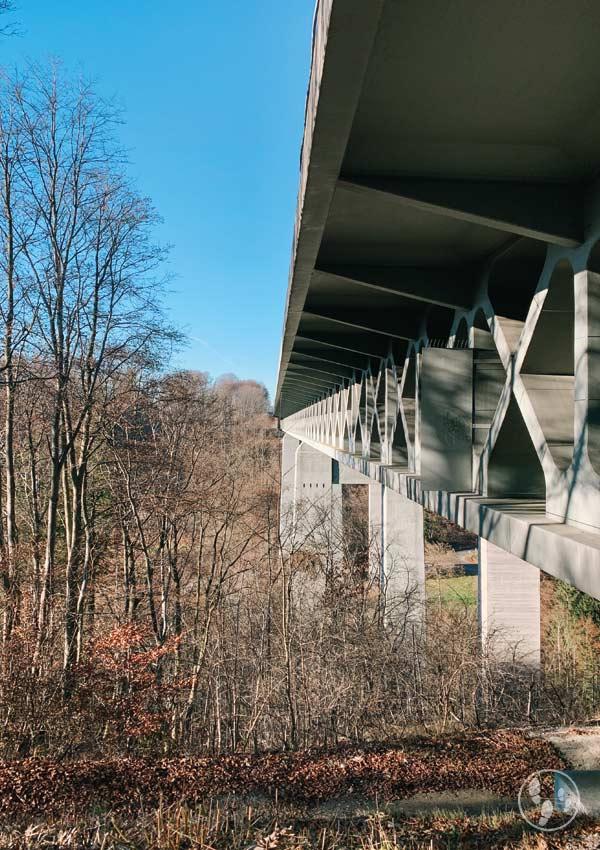 Wanderung zum Weyarner Lindl unter der Autobahnbrücke hindurch