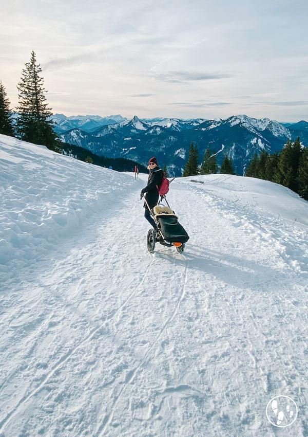 Mit dem Hike Kid unterwegs bei einer Wanderung mit Kinderwagen im Winter