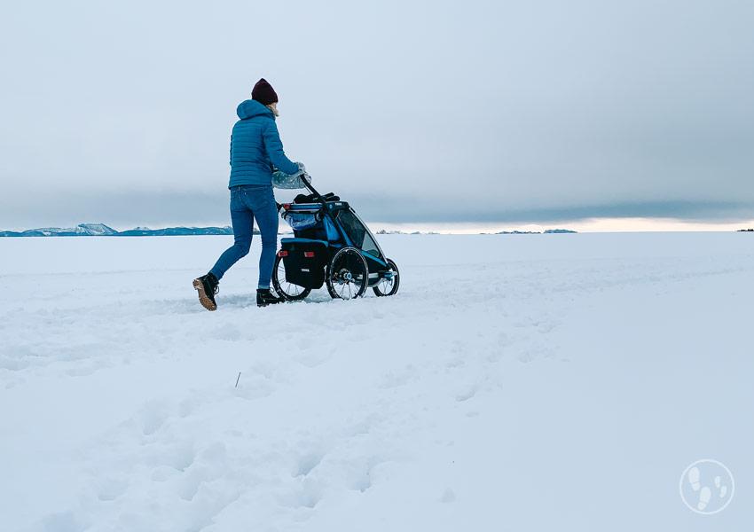 Auf einer Wanderung mit Kinderwagen im Winter