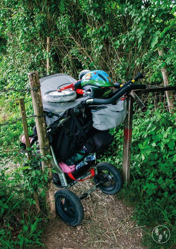 Durch ein Drehkreuz mit Kinderwagen